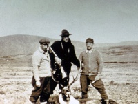 The English Canadian hunter P. Chubb, accompanied by his two guides, © SEPAQ/ Archives du Parc national de la Gaspésie Provincial [Park Archives]