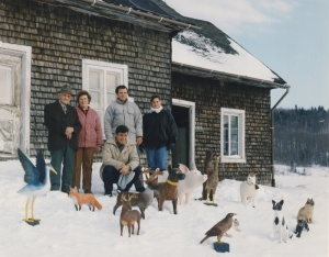 Wilfrid Richard et les siens, une longue filiation d'animaliers. Vers 1990. Photo Louise Leblanc.  Wilfrid Richard and his Family, a Long Line of Animal Wood Carvers. Around 1990. Photo by Louise Leblanc.