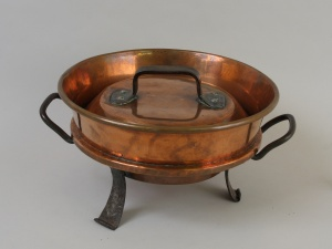 A copper tourtière [meat pie dish] of French origin (18th century). For a long time in Canada (and to this day in France) the word tourtière referred to a cooking dish rather the pasty itself. © Musée Stewart au fort de l'île Sainte-Hélène.