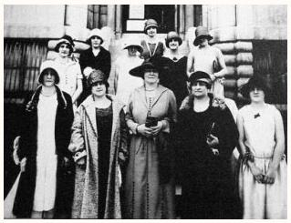 Idola St-Jean (au centre) avec des suffragettes du Québec, 1922