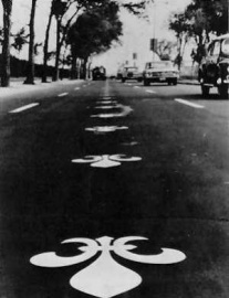 On the occasion of General de Gaulle's visit in 1967, Fleur-De-Lys were painted directly on the pavement of several sections of the Chemin du Roy