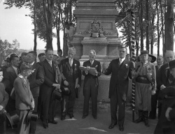 Saint-Jean-Baptiste Day in Quebec City:  Group photo at the top of the Jacques Cartier Monument, 1943, BAnQ