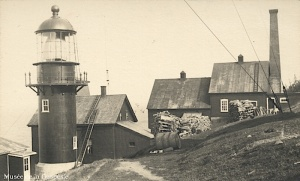 The Pointe-à-la-Renommée lighthouse and its outbuildings around 1910. The 1880 lighthouse can be seen behind the 1907 light.