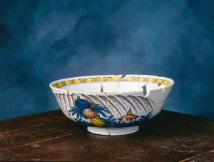 Punch bowl (1750–1775) discovered at Boisseau House in Place-Royale