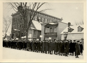 School children protesting against Regulation 17 in front of Brébeuf school, Anglesea square in the Ottawa Lower Town district at the end of January or the beginning of February 1916.